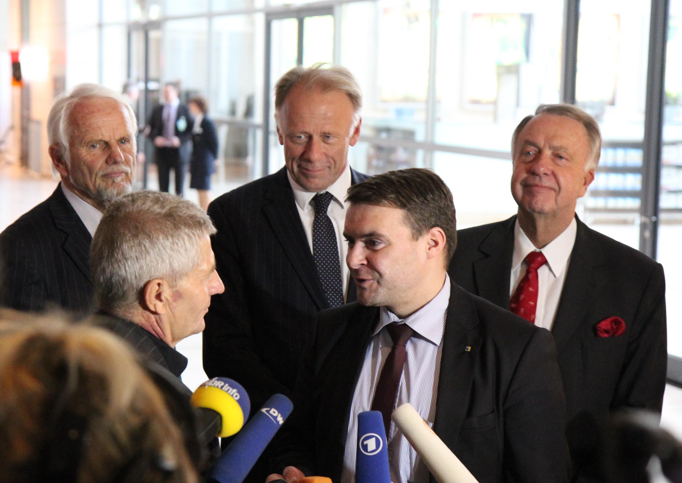 Patrick Kurth, MdB (r.) gratuliert Roland Jahn