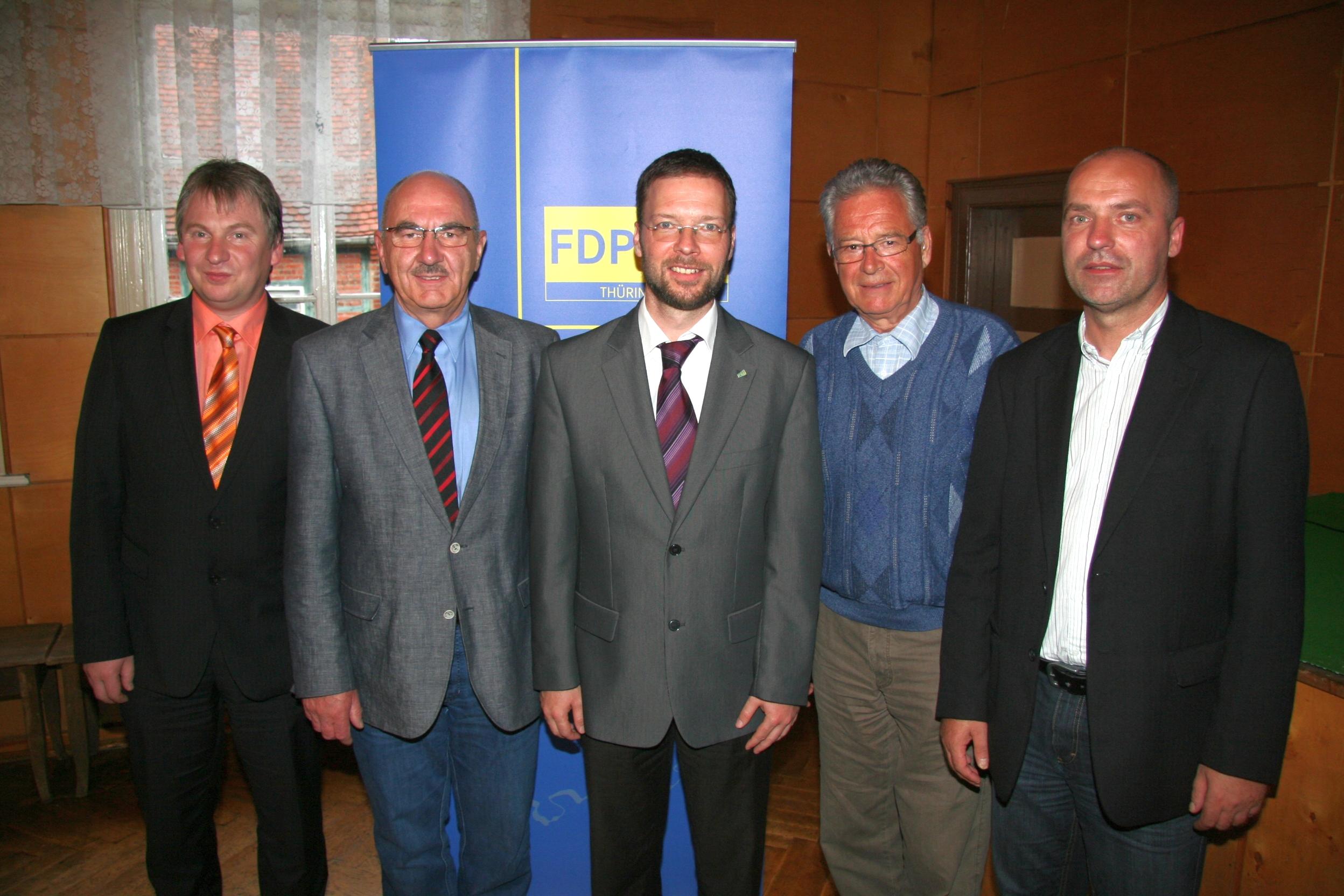 Thomas Nitzsche (Mitte) ist Bundestagskandidat