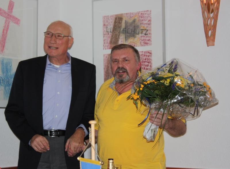Raimund Kolbe gratuliert Michael Gewohn