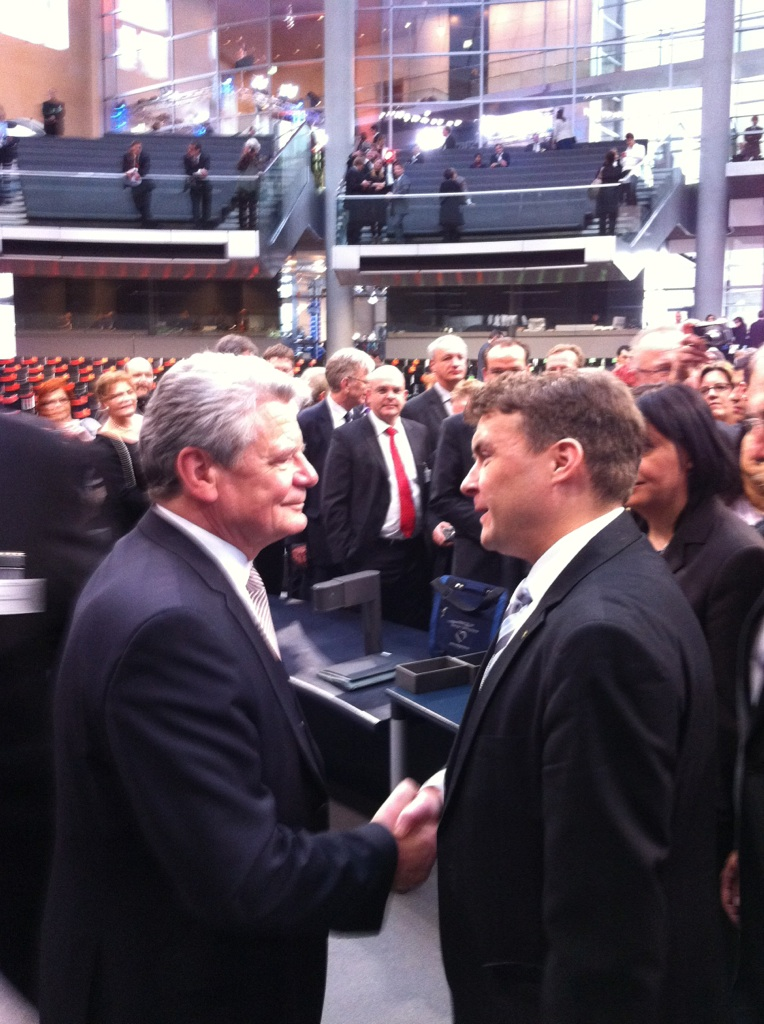 Kurth (r.) gratuliert Gauck zur Wahl