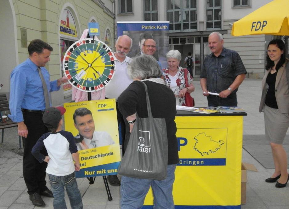 Patrick Kurth, MdB (links) mit Saalfelder Bürgern.