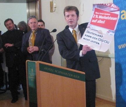 Barth mit einem SPD-Wahlplakat zur