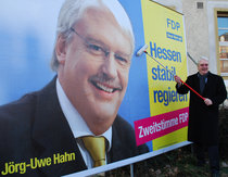 Hessens Spitzenkandidat Hahn klebt fleißig Plakate