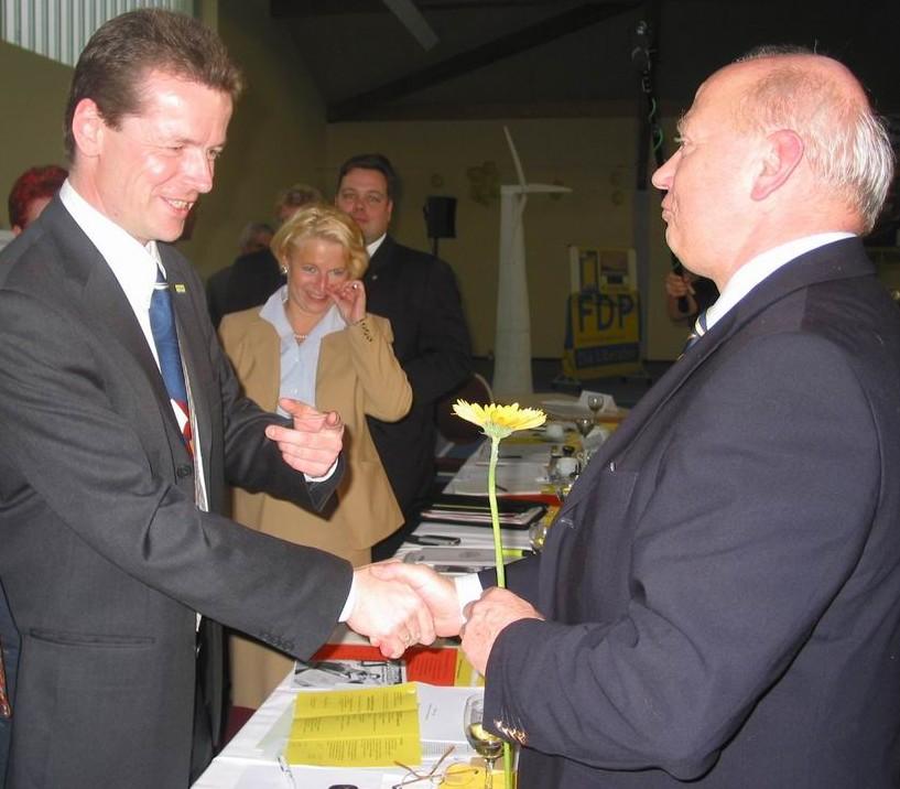 Karlheinz Guttmacher gratuliert Uwe Barth