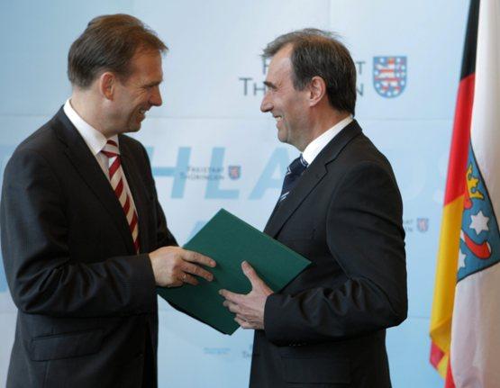 Bernward Müller erhält die Ernennungsurkunde