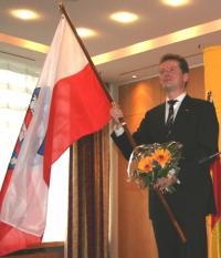 Die Thüringer Fahne hält Spitzenkandidat Barth
