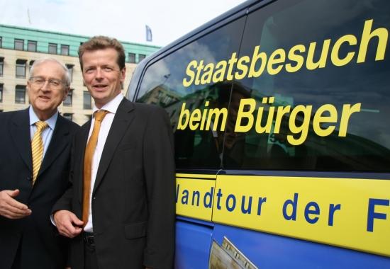 Rainer Brüderle und Uwe Barth vor dem Info-Bus