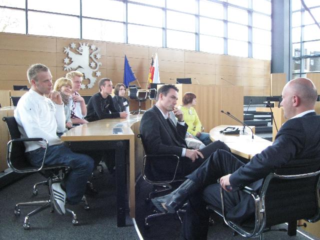 Kemmerich im Dialog mit Studenten im Plenarsaal
