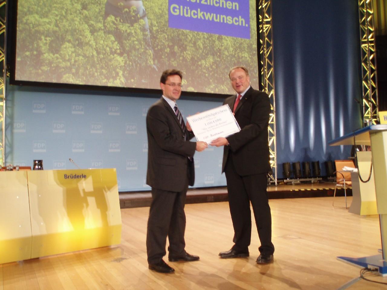 Dirk Niebel gratuliert Claus Peter Roßberg