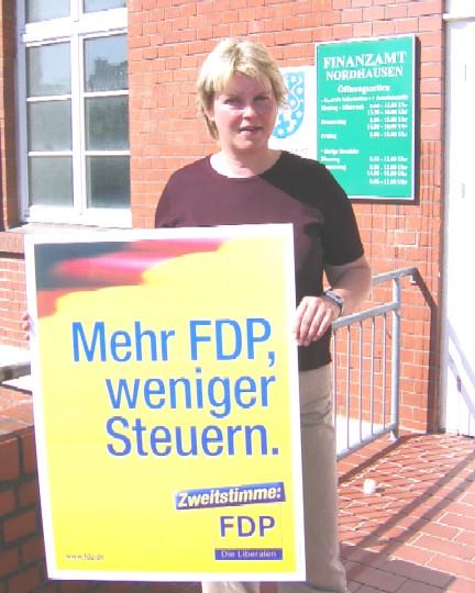 Franka Hitzing vor dem Finanzamt Nordhausen