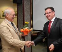 Kurt Schlenstein gratuliert dem Kandidaten