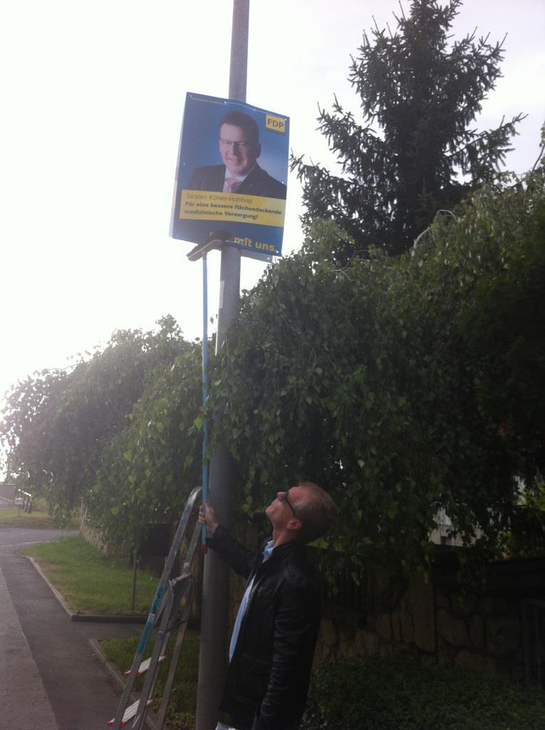 Martin Mölders hängt das erste Plakat