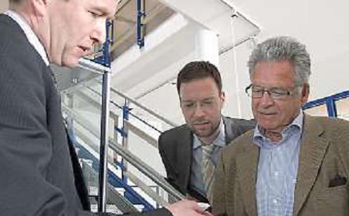 Th. Nitzsche und P. Röhlinger mit Dr. Voigt