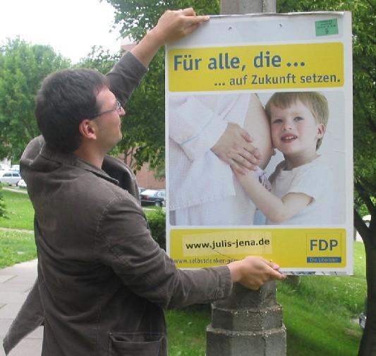 Jungliberaler Elstner plakatiert in Jena