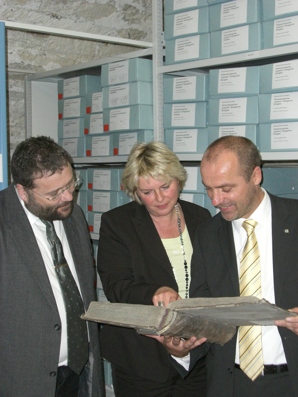 F.Hitzing und M.Koppe (rechts) beim Aktenstudium