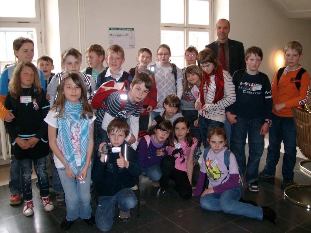 Schüler der Klasse 4b mit Marian Koppe, MdL
