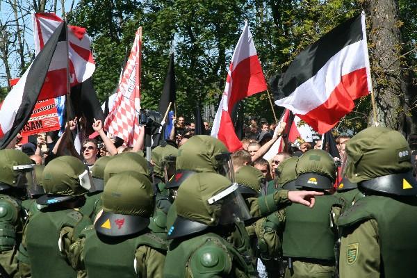 Kampf gegen Rechtsextreme: Klausel soll herhalten?