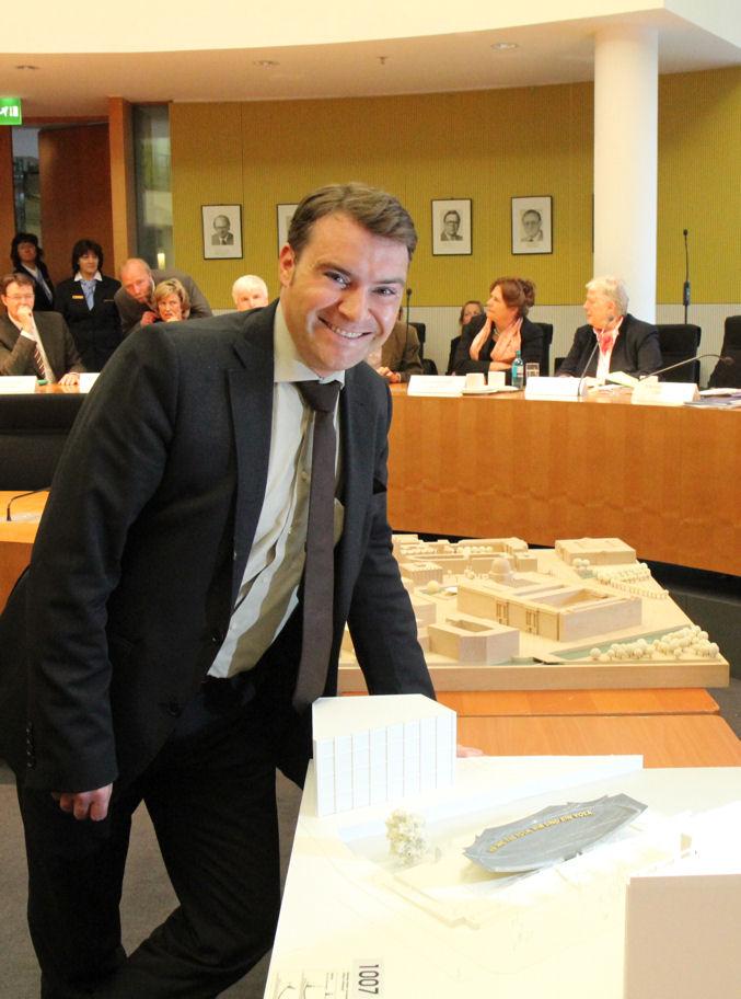 Patrick Kurth, MdB vor dem Modell des Denkmals