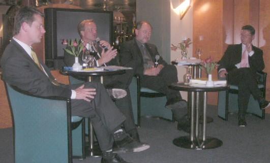 Dirk Niebel stellte sich im Podium sen Fragen