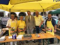 Bürgermeister Kania (Mitte) besucht den FDP-Stand