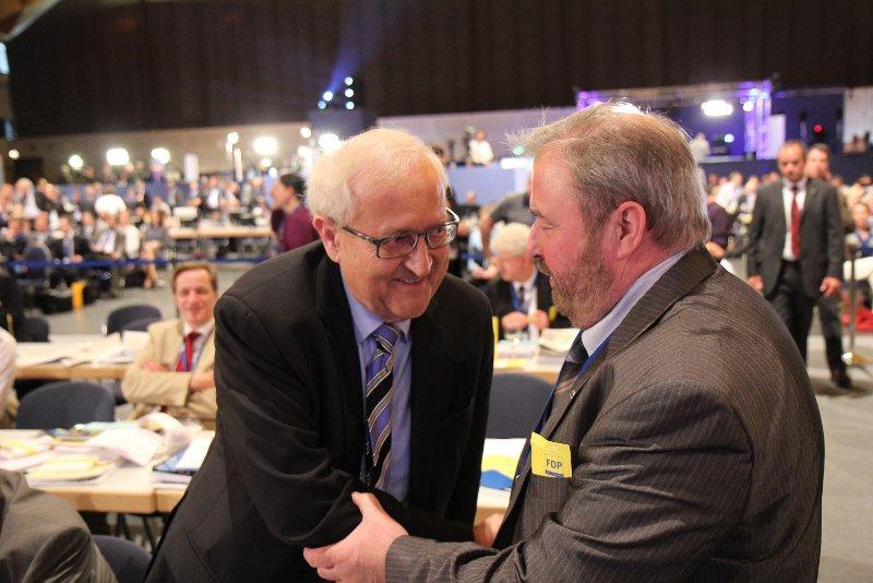 Heinz Untermann gratuliert Rainer Brüderle