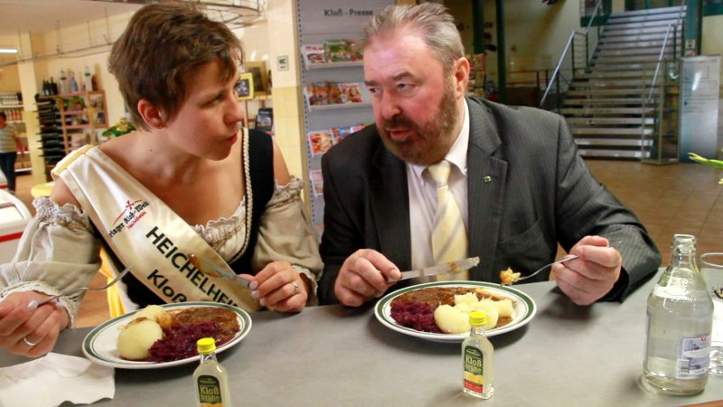 Kloßmarie Sandra Kühn und Heinz Untermann beim Kloßessen