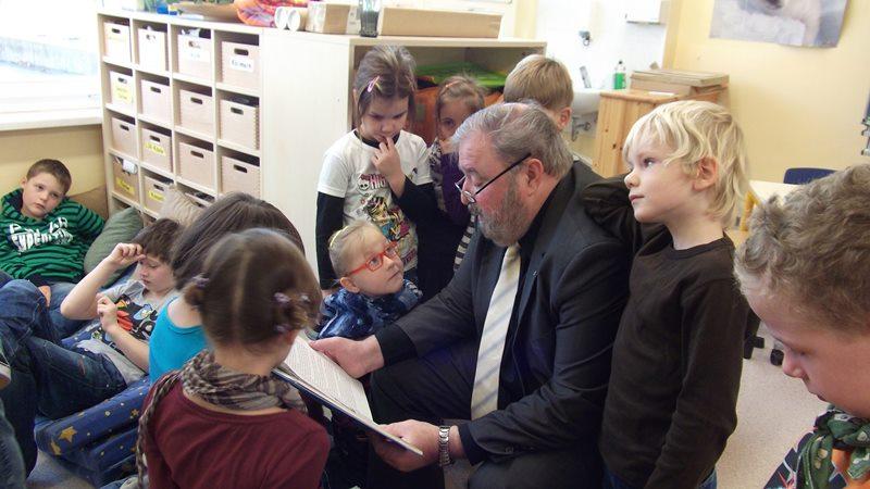 Heinz Untermann liest den Kindern vor