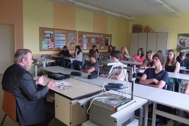 Heinz Untermann beim Gespräch mit Schülern