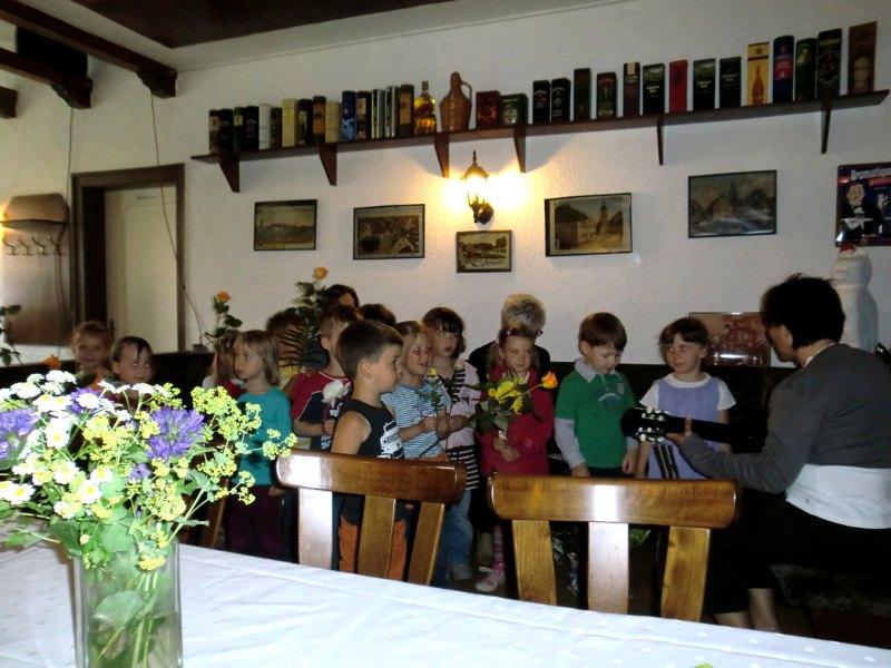 Kinder und Erzieher aus dem Kindergarten Gebesee