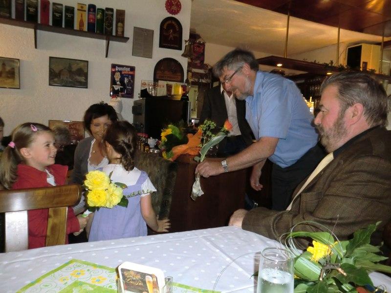 Kinder überreichen Rosen an Bürgermeister Hoffmann
