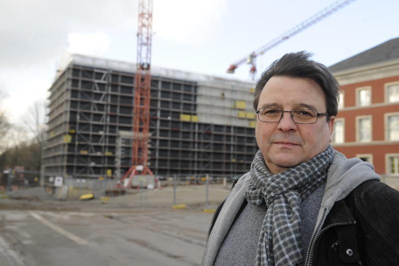 Matthias Purdel vor dem Rohbau des Bauhausmuseums